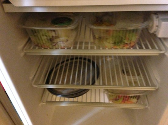 La Quinta Inn & Suites Flagstaff: The  freezer had all the food from previous guests.