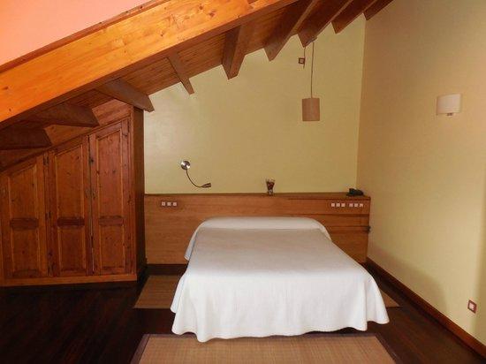 Hotel Rural El Rexacu: habitación de la bohardilla
