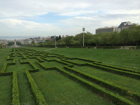 InterContinental Lisbon: Parc Edouard VII/ Hôtel à droite