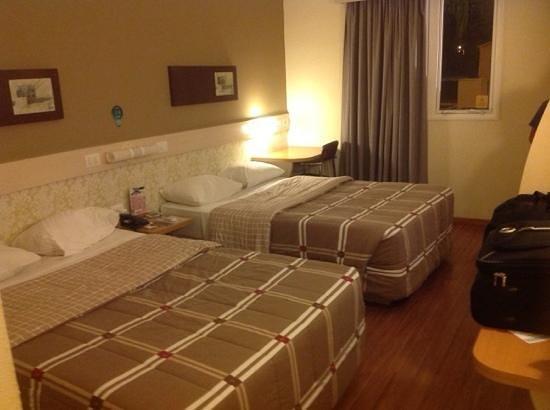 Hotel 10 Curitiba : Quarto amplo e limpo