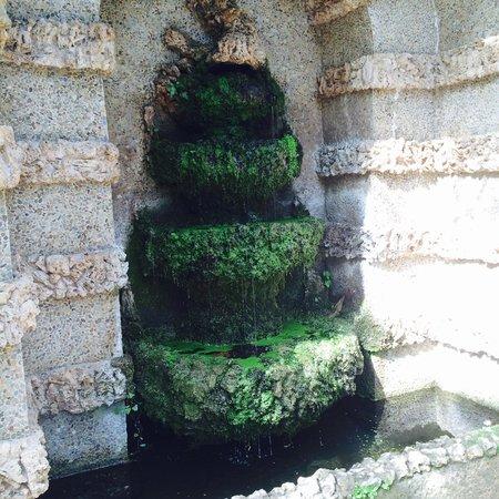 Parque del Laberinto de Horta: Милый грот с водопадом