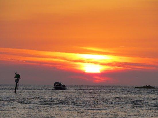 DreamView Beachfront Hotel & Resort: den flotteste solnedgang