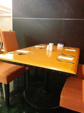 Sunway Putra Hotel : Restaurant tables