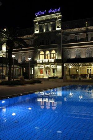 Hotel Lapad : pretty at night