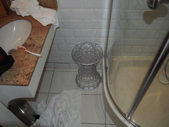 Domaine Saint Clair Le Donjon : salle de bain minuscule