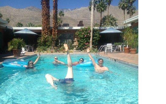Villa Rosa Inn: Enjoying the Pool