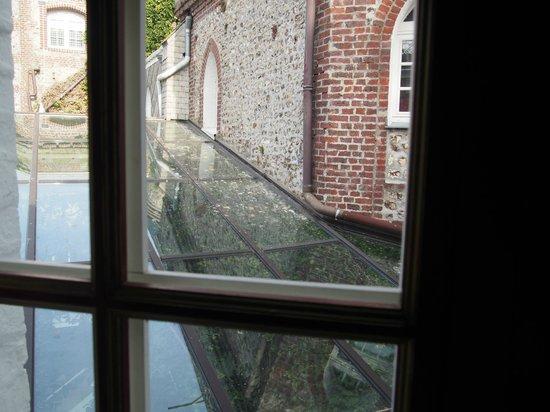 Domaine Saint Clair Le Donjon : vu sur la verrière du lobby pleine d'excréments