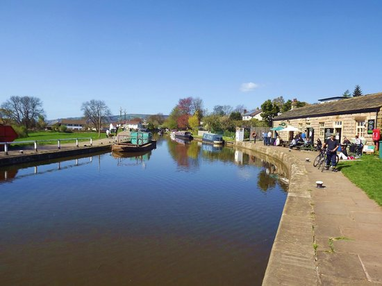 Five Rise Locks Hotel: Nice day on the canal