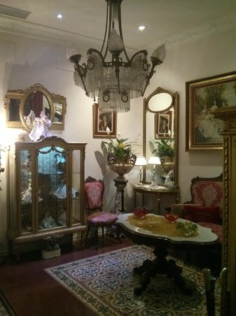 Hostal L' Antic Espai : Central hall (room) where you can wait for couple/friend