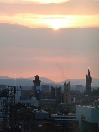 Premier Inn Glasgow City Centre Buchanan Galleries Hotel: Room View Sun Set