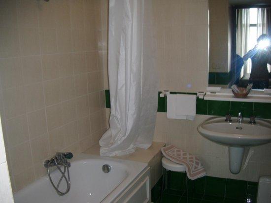 Britannique Hotel : Salle de bain coté gauche