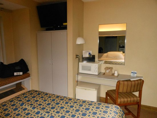 Microtel Inn by Wyndham Calcium Near Fort Drum: tv microfridge and microwave