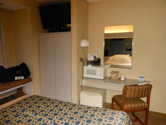 Motel 6 Calcium: tv microfridge and microwave