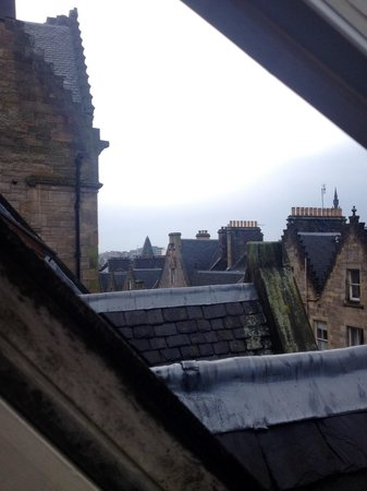 Edinburgh Backpackers Hostel: The view from our room on the top floor. See why cleanliness in an awful climate should be forgi