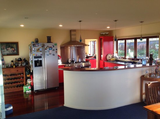 Petshari Lodge: The kitchen is well equipped, clean and has a home feeling about it