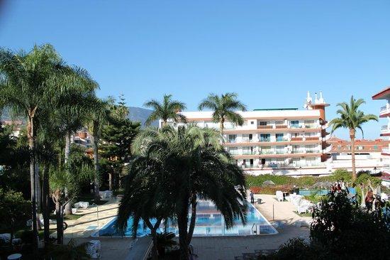 Masaru Apartments: vue du balcon sur piscine