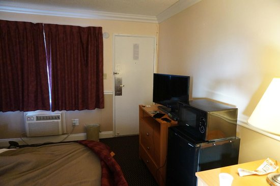 Americas Best Value Inn - Oakland / Lake Merritt: Room incl microwave & refrigerator