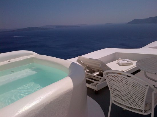 Kirini Suites & Spa: terrasse avec jacuzzi