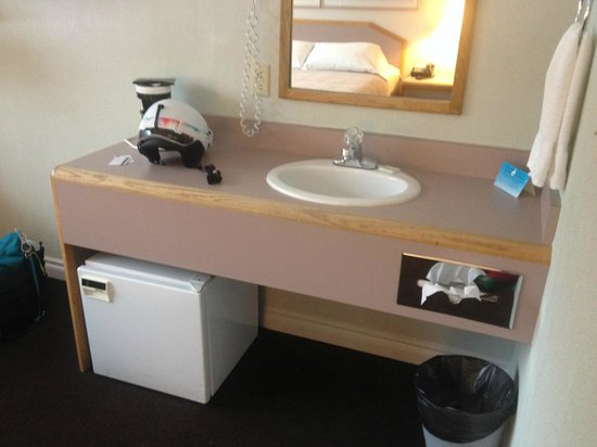 Crystal Mountain Hotels Alpine Inn: The sink right in the room, not the bathroom.