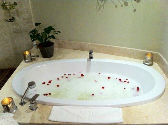 Trou aux Biches Beachcomber Golf Resort & Spa: Bain avec pétalles préparé en surprise par l'hotel