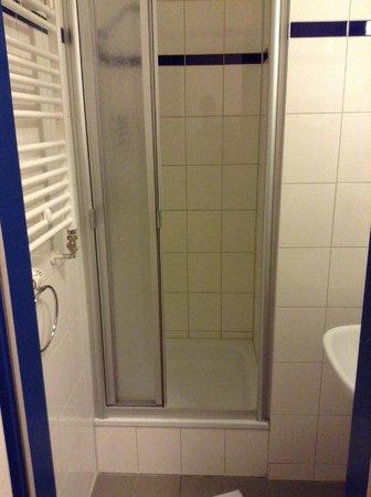 A&O Frankfurt Galluswarte: Bathroom