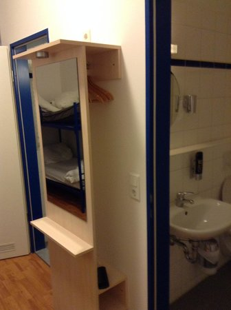 A&O Frankfurt Galluswarte: Room 8 beds - room and toilet