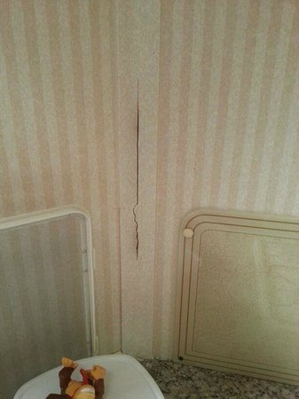Ashford, UK: Crack in the kitchen wall where the ants are having a rave