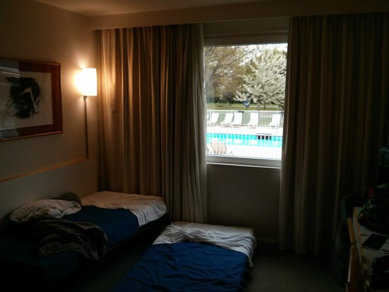 Novotel Mulhouse Sausheim : View from our room to the pool.