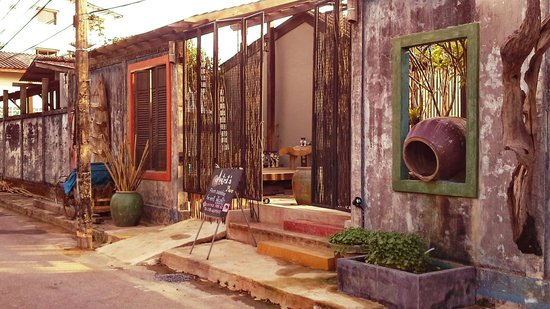 Artist's Place Trat : Entrance