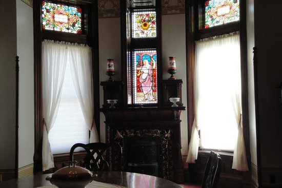 Shakespeare Chateau Bed & Breakfast: Stained glass in Drawing Room.
