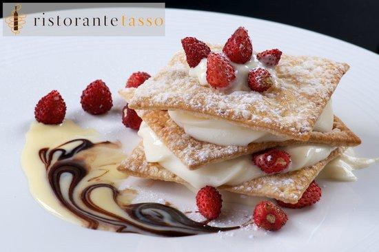Ristorante Pizzeria Tasso: Millefoglie di crema chantilly con fragoline di bosco, gelato di pistacchio e croccante di mando