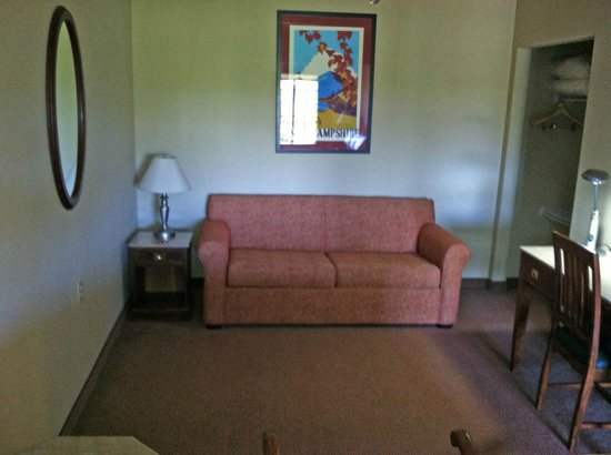 Mountain Edge Resort & Spa at Sunapee: Smaller den with desk