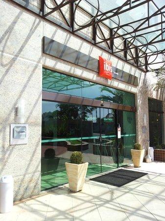 Ibis Taubate: Frente do Hotel
