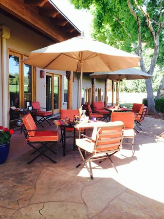 Adobe Hacienda Bed & Breakfast: Beautiful breakfast patio