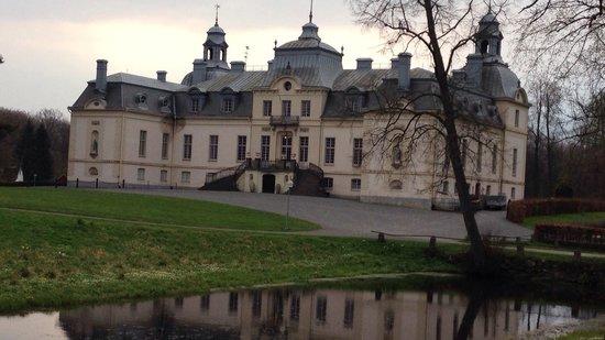 Kronovalls Vinslott: Selve slottet set fra vejen.