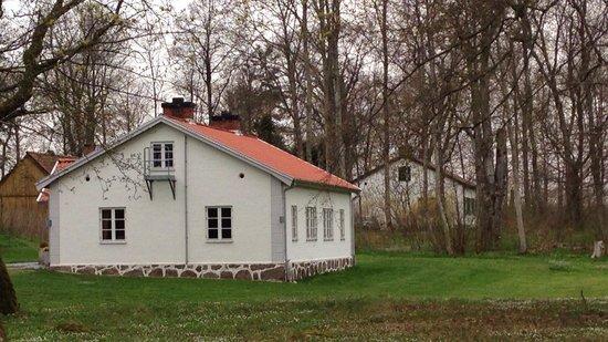 Kronovalls Vinslott: Den hvide villa, hvor der er eget bad og toilet til værelserne.