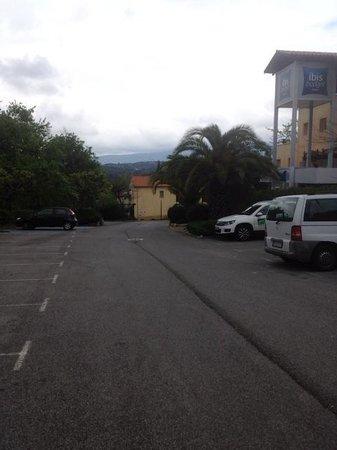 Ibis Budget Cannes Mouans Sartoux: Parking hôtel