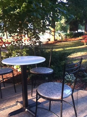 Conorlee's Bakery & Delicatessen: tranquil outdoor seating