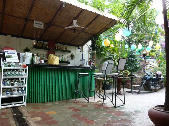 Happy Guest House: Bar