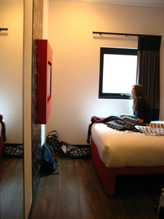 ibis Melbourne Swanston Street Hotel: Bedroom (small but comfortable).