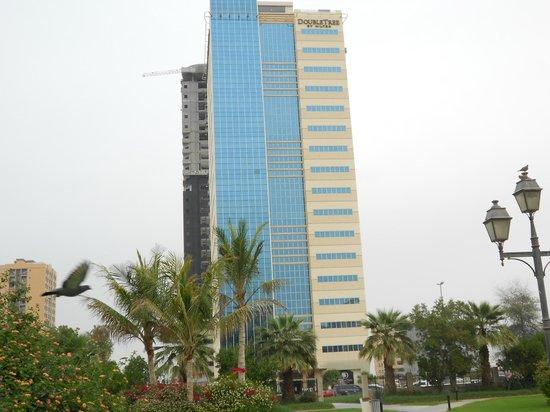 Doubletree by Hilton Ras Al Khaimah : Hotelansicht vom Park aus.