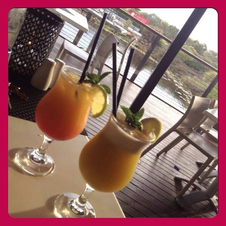 Ramada Resort Diamond Beach: Happy hour - cocktail and mocktail!