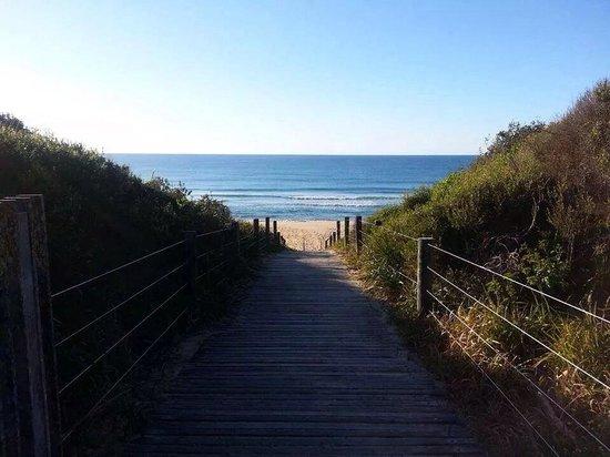 Ramada Resort Diamond Beach: Boardwalk to the beach