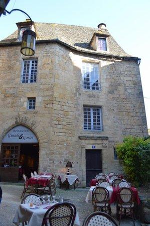 Gueule et Gosier : Facade du restaurant et tables exterieures