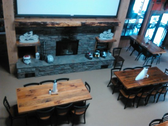 Iron Horse Motorcycle Lodge : Dining area  with BIG screen TV