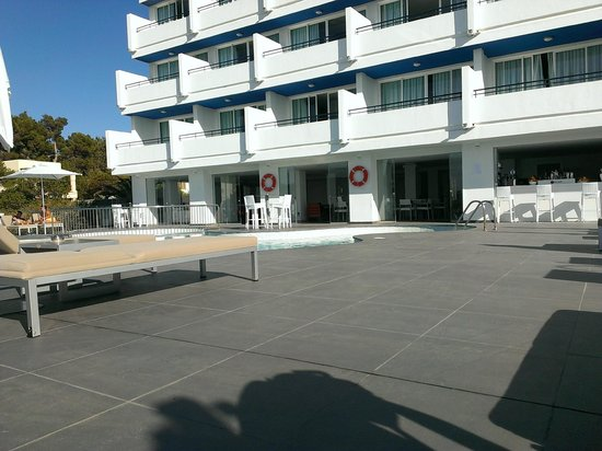 Marina Playa Apartments : Piscina e zona relax