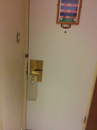 Hilton Blackpool Hotel: No chains on the door or secondary secuitry