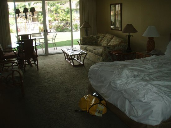 Aston Maui Kaanapali Villas : bedroom looking toward pool