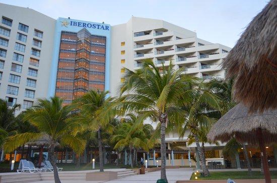 Iberostar Cancun : Vista del Hotel desde el area de Piscinas