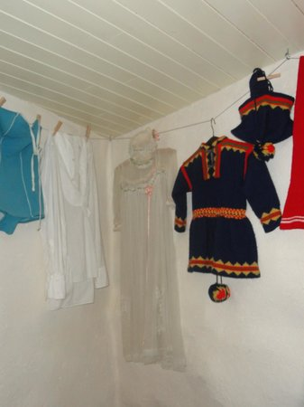 Baklandet Skydsstation : Sami native childs dress and hat